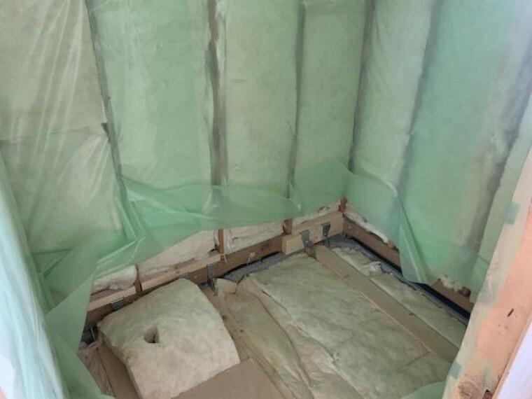 浴室 [リフォーム中_ユニットバス]ユニットバスは古いものを解体・撤去しました。断熱材を入れ替え終わったのでこれから新しいユニットバスをいれます。(9月12日現在)