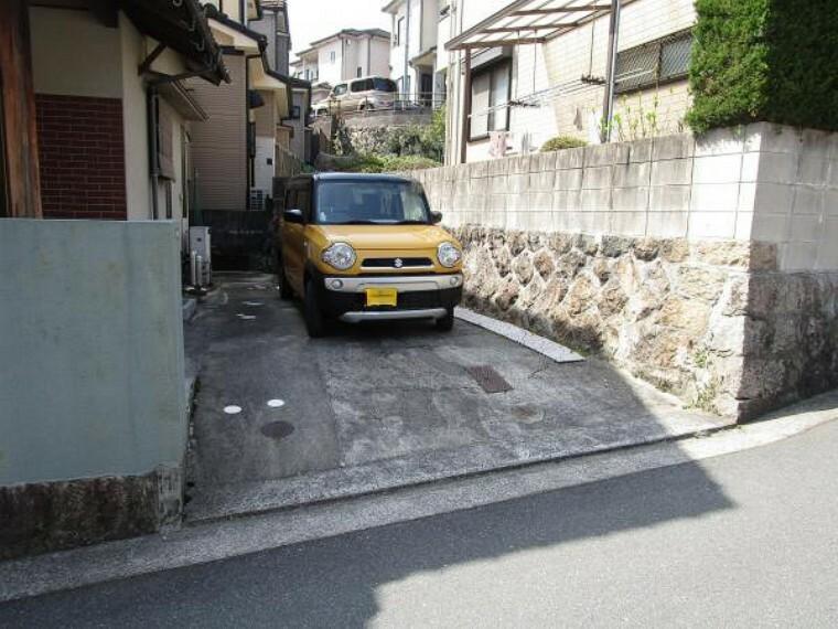 駐車場 【リフォーム前写真】駐車場の写真です。車種によっては縦列2台駐車可能です。