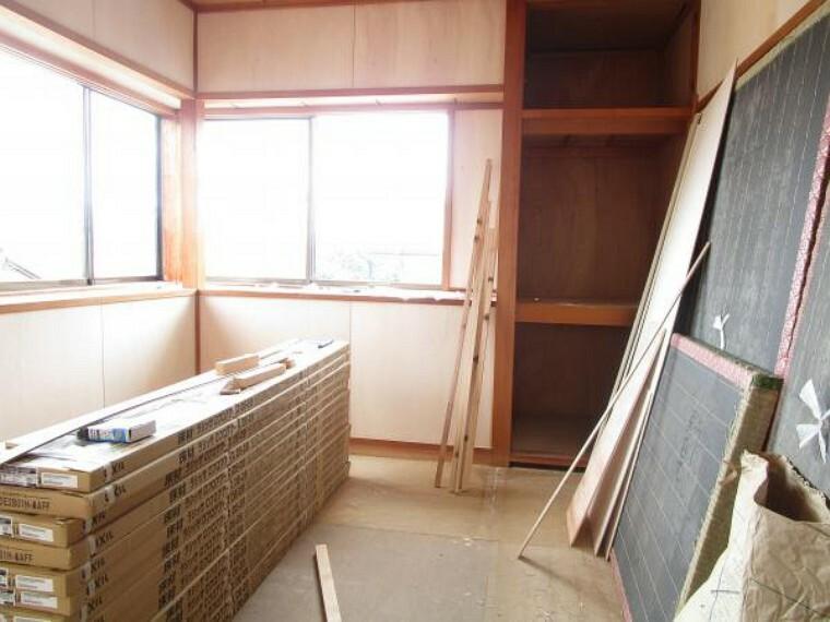 和室 【リフォーム中写真】2階4.5畳和室はカラー畳新設予定です。出窓に面からの眺望もよく、日差しも差し込み明るい印象のお部屋となっています。