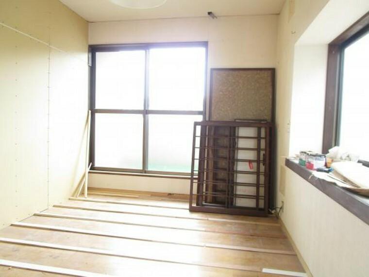 洋室 【リフォーム中写真】2階6帖洋室は続き間部分に壁を新設し、独立した空間に仕上げます。天井・壁はクロス張替え、床はフロア張替えを行っていきます。