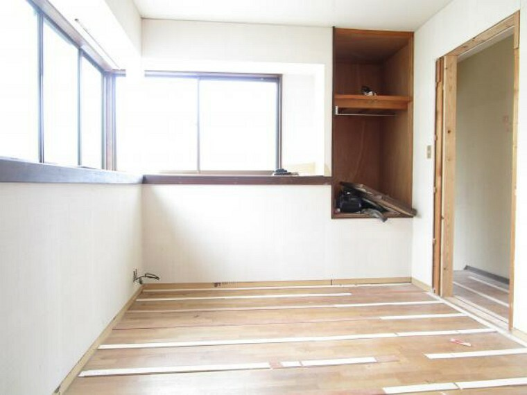 洋室 【リフォーム中写真】こちらの6帖洋室は収納スペースが2箇所あり、お部屋を広くお使いいただけます。お子様のお部屋としてもぜひ。