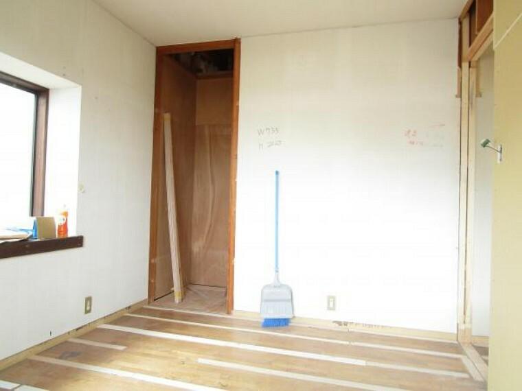 洋室 【リフォーム中写真】2階6帖洋室別角度から。
