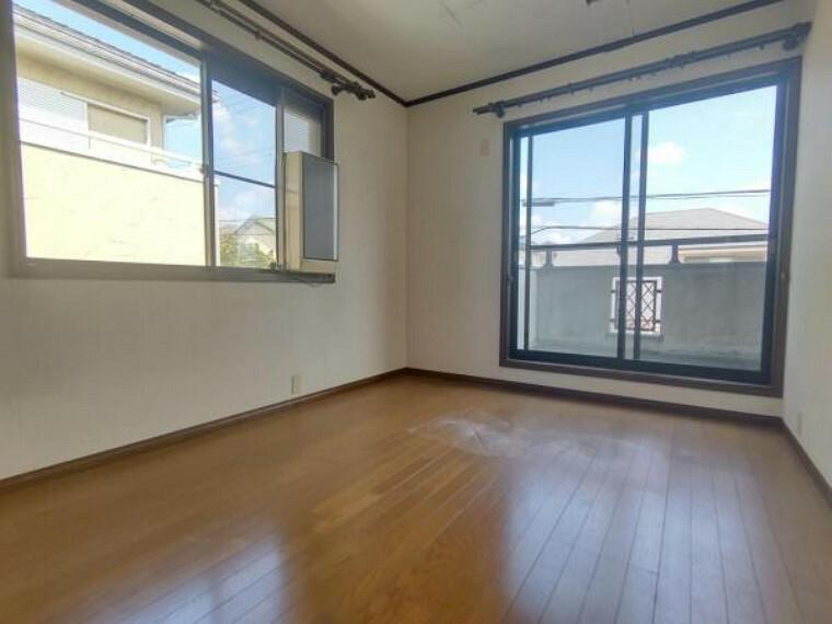 洋室 【リフォーム中】2階洋室南側約6帖の写真です。壁・天井クロス張替、床材の重張、照明器具交換、火災報知機の設置を行います。ご夫婦の寝室としても子供部屋としても使用できます。