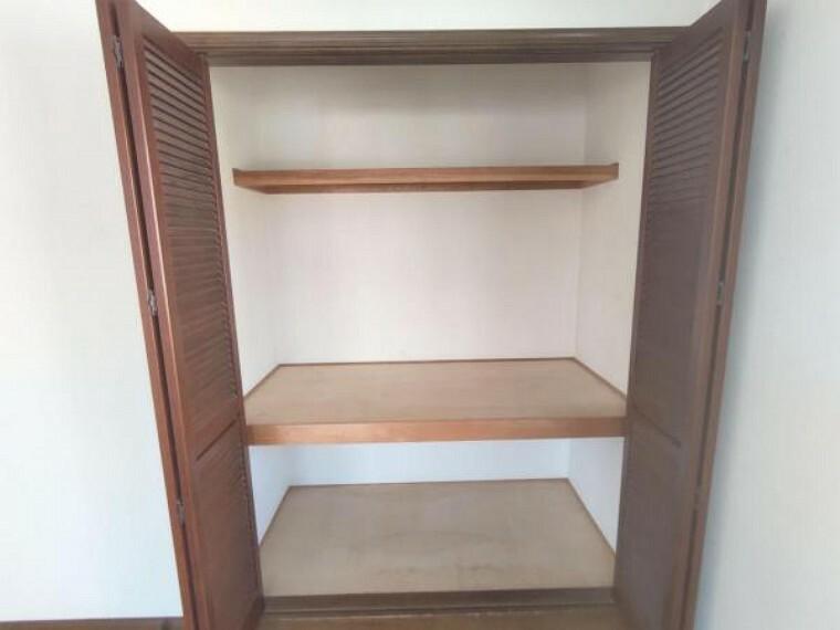 収納 【リフォーム中】2階洋室南側約6帖の収納の写真です。内部クロスの張替、枕棚・パイプ交換を行います。収納を活用し、お部屋をすっきりお使いいただけます。