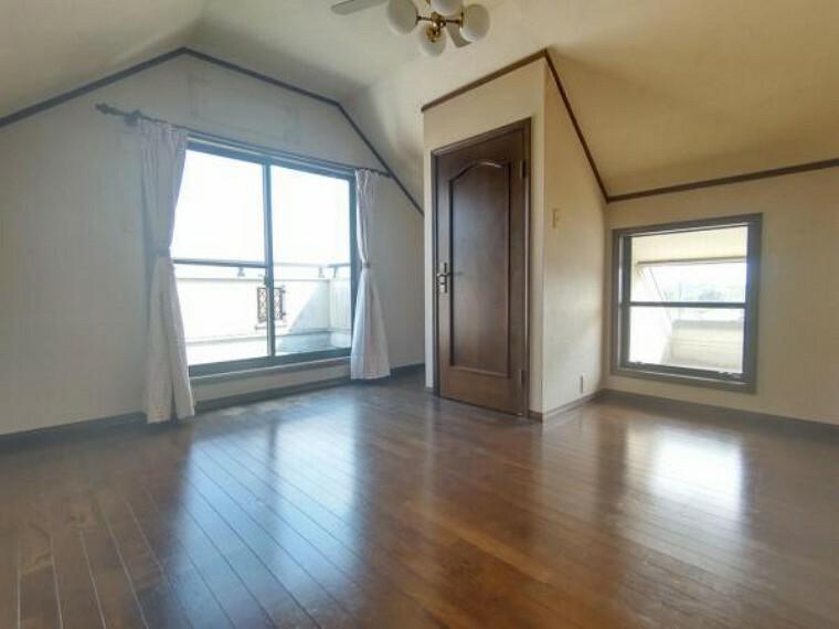 洋室 【リフォーム中】3階洋室約6帖の写真です。壁・天井クロス張替、床材の重張、照明器具交換、火災報知機の設置を行います。お子様のお部屋やご趣味のお部屋として使うのに程よい広さとなっております。