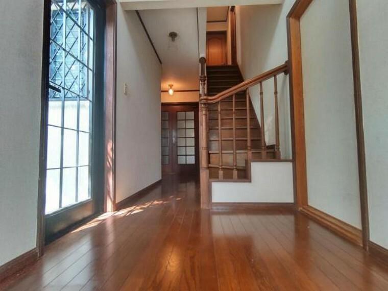 リフォーム中】1階廊下の写真です。床材の重張、照明器具の交換、壁・天井クロス張替を行います。帰宅時には落ち着いた空間がお出迎えをしてくれます。