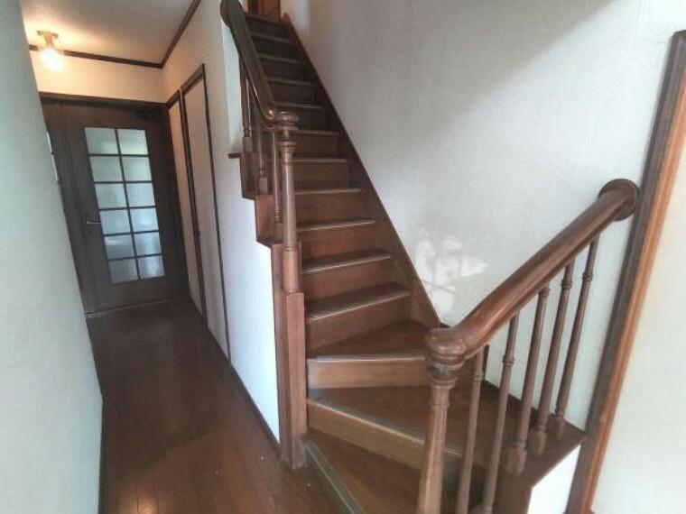 【リフォーム中】階段の写真です。踏板はクッションフロアの張替えを行い、階段の手すりは新品交換予定です。手すり付きの折れ階段ですので、転落によるケガの心配も少なくて済みますね。