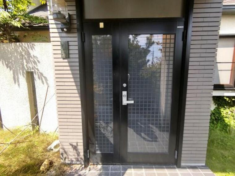 玄関 【リフォーム中】玄関の写真です。玄関は鍵交換を行います。玄関はお家の顔となる部分、お客様が最初に目にする場所だからこそ、第一印象が大切ですね。