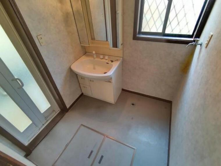 脱衣場 【リフォーム中】洗面脱衣所の写真です。洗面化粧台の交換を行います。清潔な空間に生まれ変わりましたので、朝の支度も気持ちよく出来そうです。