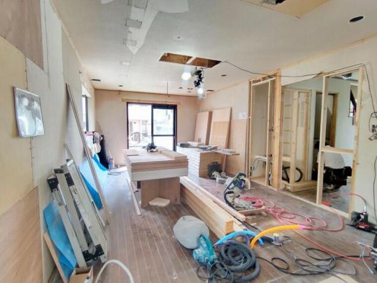 リビングダイニング 【リフォーム中】リビングの写真です。天井・壁クロス張替、床材重張、照明器具交換、エアコン1台設置、火災警報器設置を行います。約16帖のLDKなので、好みの家具の配置が出来て嬉しいですね。