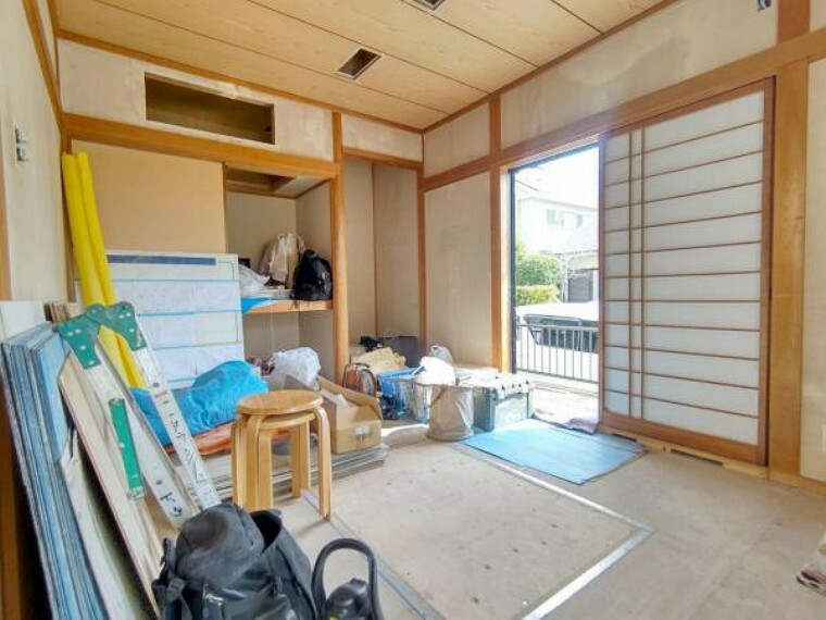 和室 【リフォーム中】約6畳の和室の写真です。壁・天井クロス張替、畳の表替えを行います。 床がフローリングに比べてやわらかく、リビングと繋がっているので小さなお子様の遊び部屋にも使用できます。