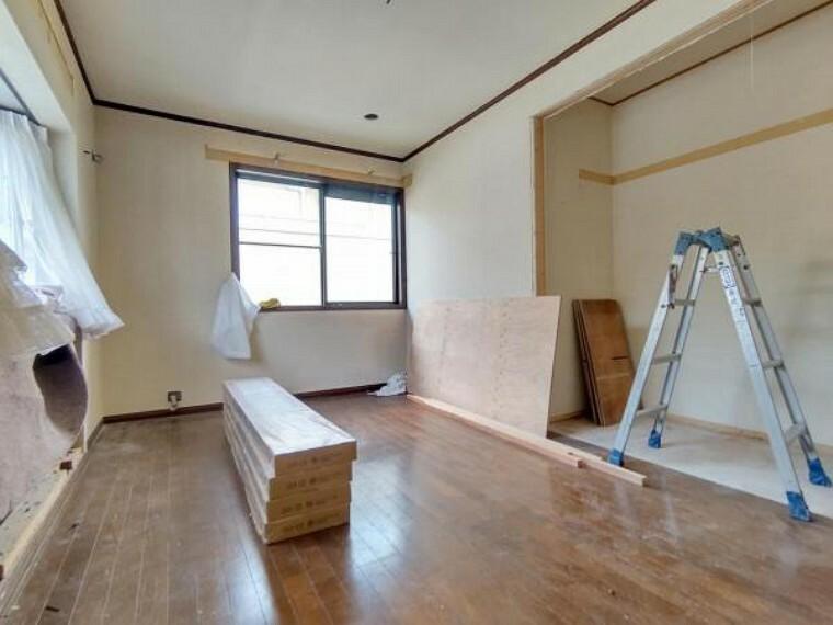 洋室 【リフォーム中】2階洋室約7帖の写真です。壁・天井クロス張替、床材の重張、照明器具交換、火災報知機の設置を行います。 東向きの窓からは気持ちのいい朝日が目覚まし代わりに。