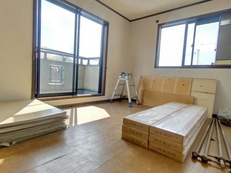 洋室 【リフォーム中】2階洋室東側約6帖の写真です。壁・天井クロス張替、床材の重張、照明器具交換、火災報知機の設置を行います。 生活にあったお部屋の使い方で居心地のいい住まいづくりを。
