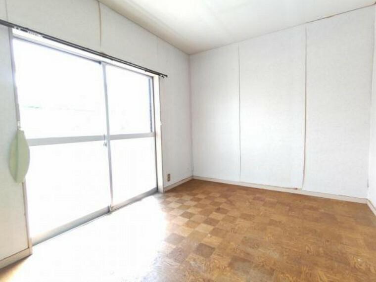 【リフォーム前 8月撮影】2階洋室の写真です。フローリング重ね張り、網戸張替え、壁紙張替えなどリフォーム予定です。