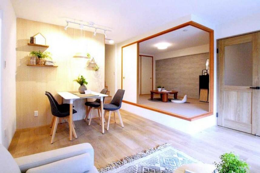 居間・リビング 小上がりになった和室と続き間になっているリビングダイニング。和室の段差に腰をかけたりできて便利です。
