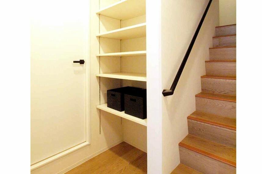 戸建て感覚で暮らせるメゾネットタイプの住戸です。階段横にも収納スペースがあり便利です。