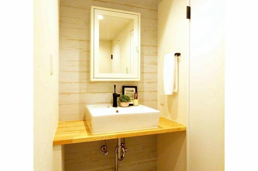 洗面化粧台 鏡とシンクがセパレートになった、見た目がオシャレな洗面所です。
