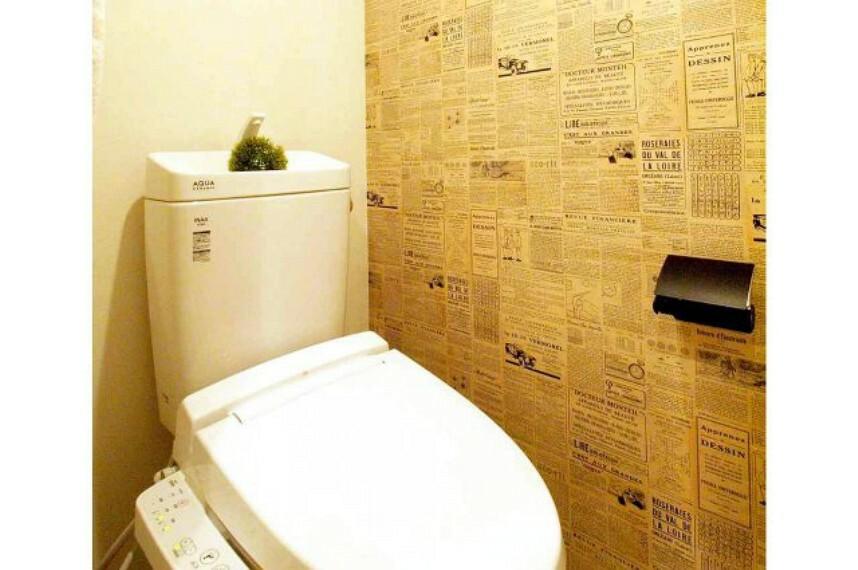 トイレ クロスがオシャレ。無機質なトイレも明るく楽しい空間になりますね。