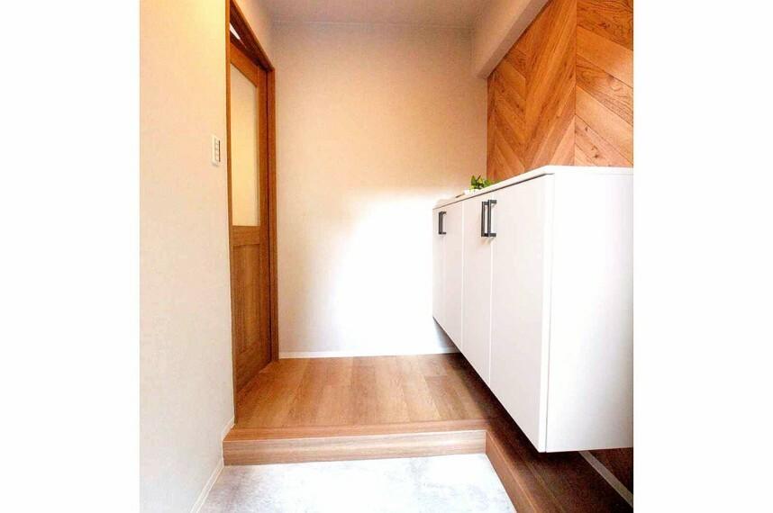 玄関 コンパクトですが、床色やクロスににこだわりが感じられる、スタイリッシュな玄関です。