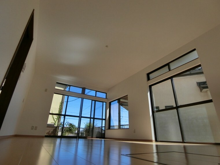 居間・リビング 大きな窓があり、明るい陽射しが感じられるリビングです。
