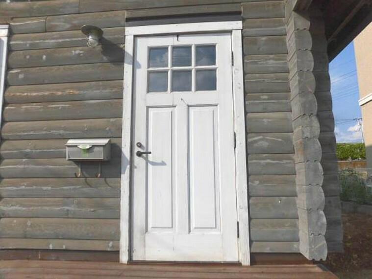 玄関 白い玄関ドアがおしゃれですね。
