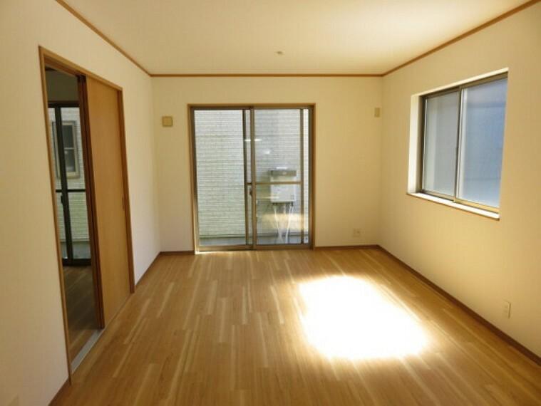 居間・リビング LDKに隣接した洋室の扉を開放して広い空間で寛いで頂けます。