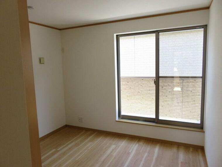 バルコニーに面した洋室は主寝室にもお勧めです。