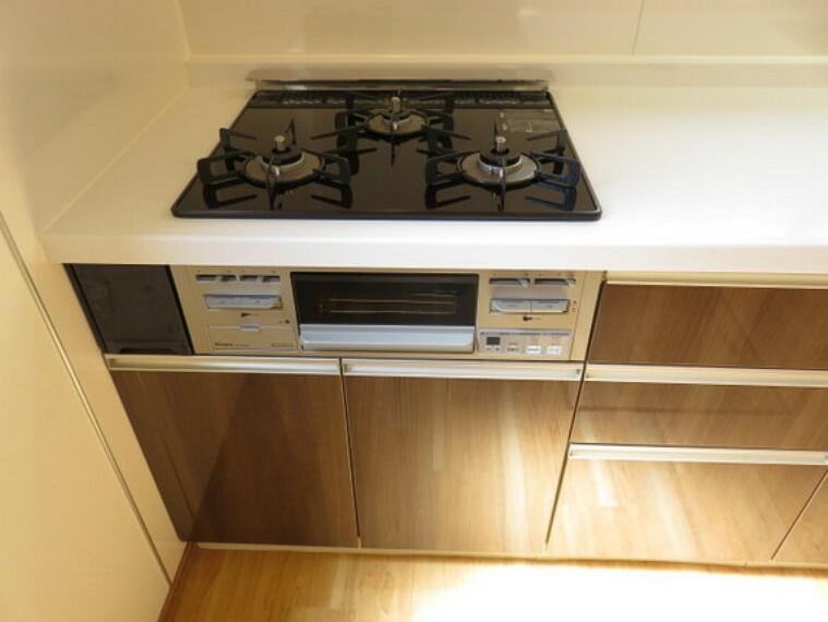 キッチン キッチンはパワフルなガスコンロです。3口あり家事がはかどりそうですね。