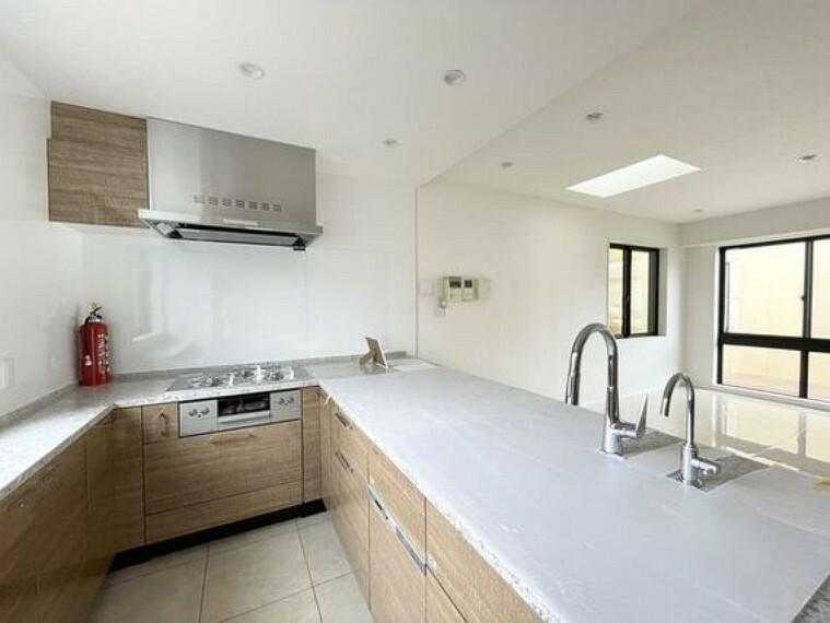 ダイニングキッチン ゆったりと調理ができる位のスペースを実現したキッチン。リビングと一体感を感じる間取りです。