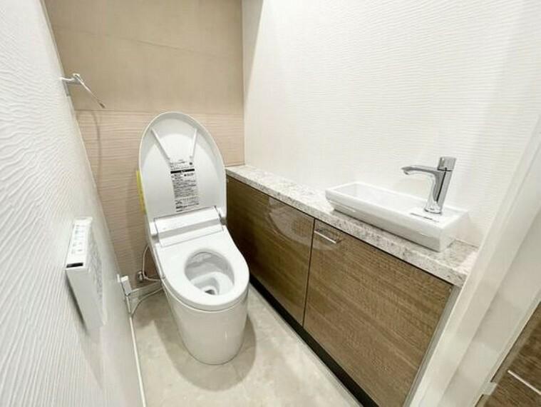 トイレ トイレには手洗いカウンターを設置。カウンター下には収納スペースもあり便利です。