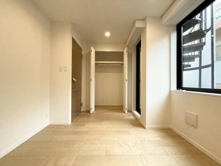 洋室 各部屋を最大限に広く使って頂ける様、全居住スペースに収納付。プライベートルームはゆったりと快適に。
