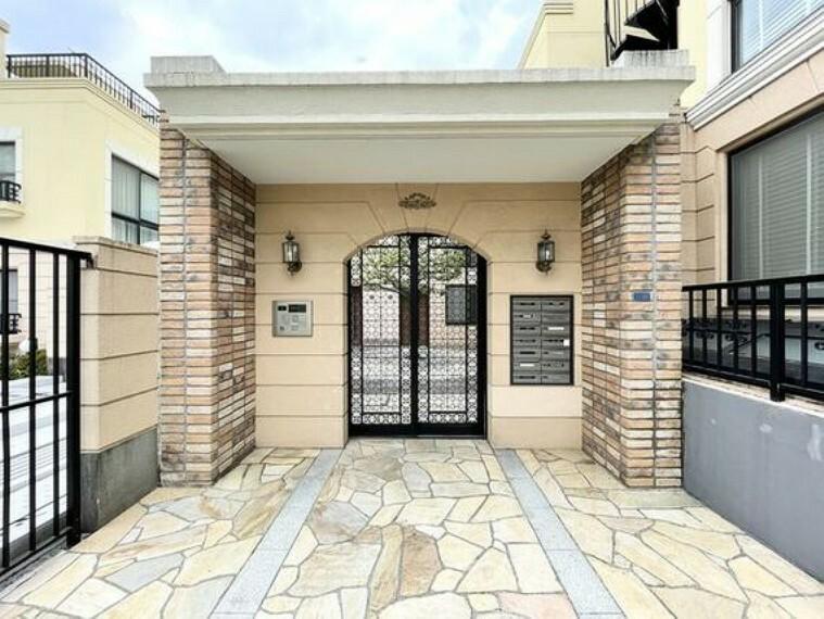 外観写真 格調高いデザイン性を持つ玄関は、住む方のプライドを満たすクオリティ。訪れる方を優しく迎えます。