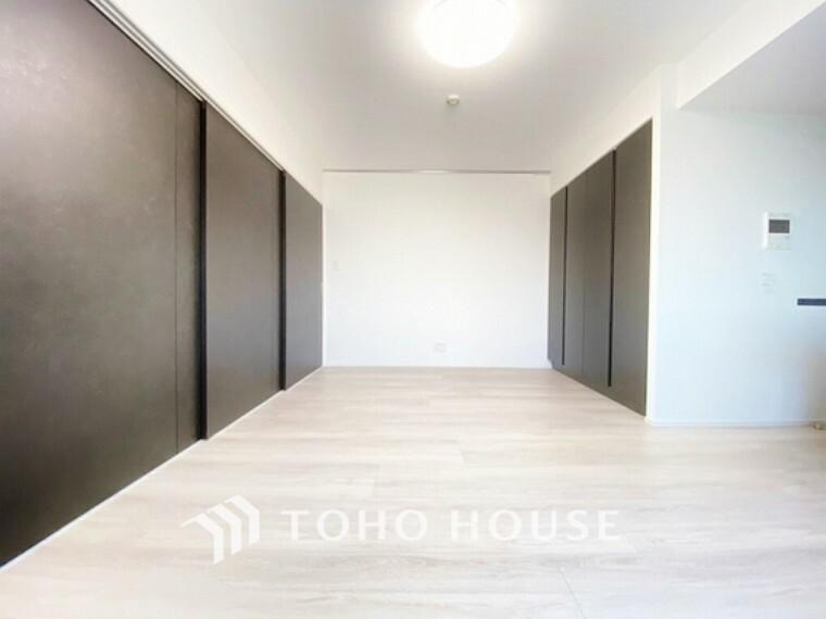洋室 2WAY利用ができるリビング隣接の洋室。スライドドアを開け放し大型リビングとしてもお使いいただけます。