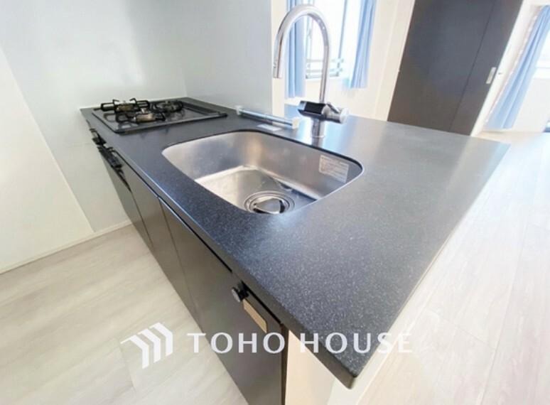 キッチン スタイリッシュなキッチン水栓。コンロはお料理が効率に捗る3口タイプです。
