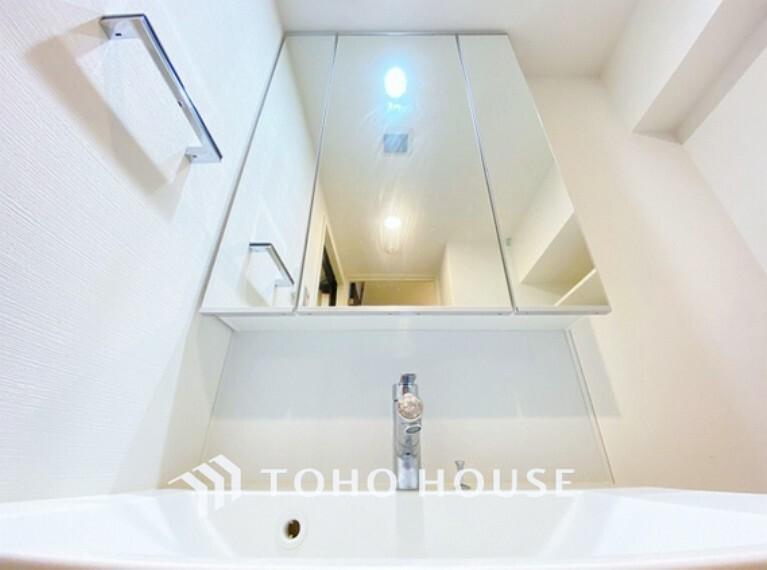 洗面化粧台 収納力と機能性に優れたお手入れラクラク洗面化粧台。大きな鏡で毎日の身支度もスムーズになります。