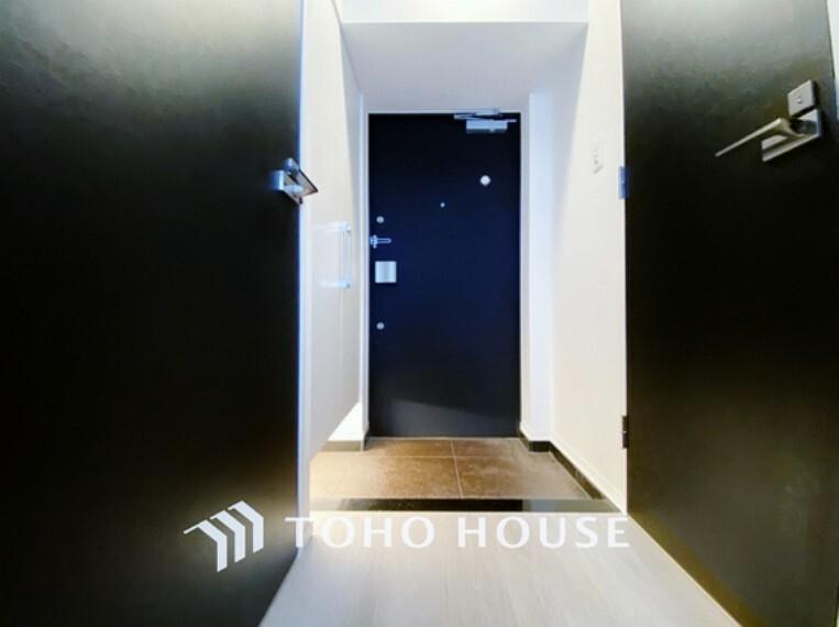 玄関 シンプルモダンな玄関にはお洒落な玄関マットなどアクセントを足し素敵な自分空間に。