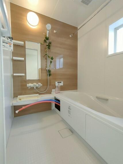 浴室 広々としたバスルームでゆったりとバスタイムをお楽しみいただけます。 お子様と一緒に入れる浴槽が嬉しい! 雨の日のお洗濯に便利な浴室乾燥機付。