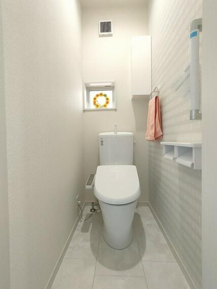 トイレ 白を基調とした清潔感のある温水洗浄暖房便座つきトイレ。