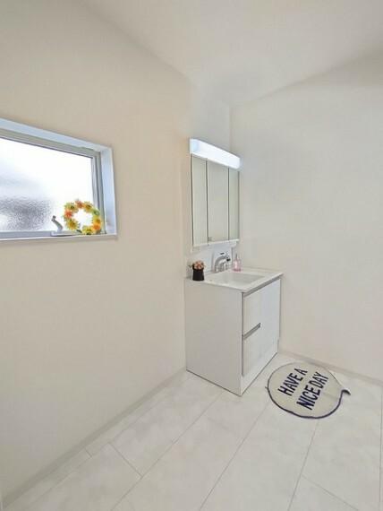 洗面化粧台 三面鏡にハンドシャワー付きの洗面台で 朝の身支度もスムーズにできます。 ご家族そろって身支度可能なゆとりの洗面スペースです。