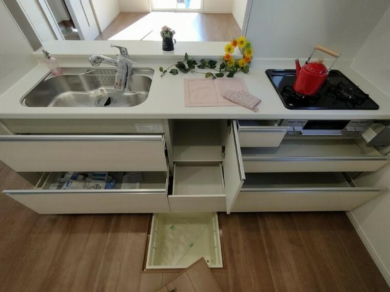 キッチン スライド収納付きシステムキッチン。 パスタ鍋や圧力鍋の出し入れもスムーズ。 食品ストックに便利な床下収納付き。