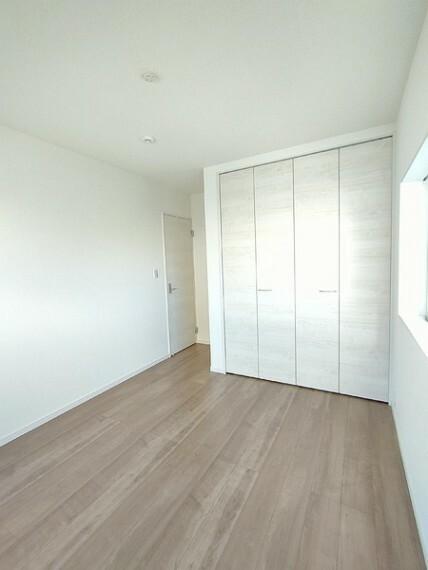 洋室 二面採光で明るい5.7帖の洋室。 センチュリー21いちにし不動産【一年中休まず営業中】は、 お客様の住まいへの想いをかなえるお手伝いをさせていただきます。