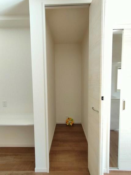 収納 1階ホールの収納スペース。 掃除機も収納できる奥行き。