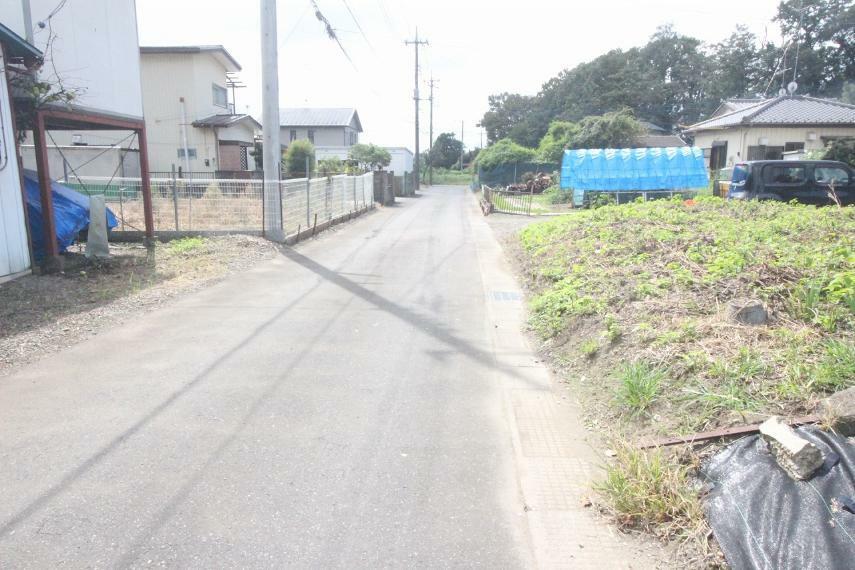現況写真 敷地の東側にある道路を北から南に向かって撮影