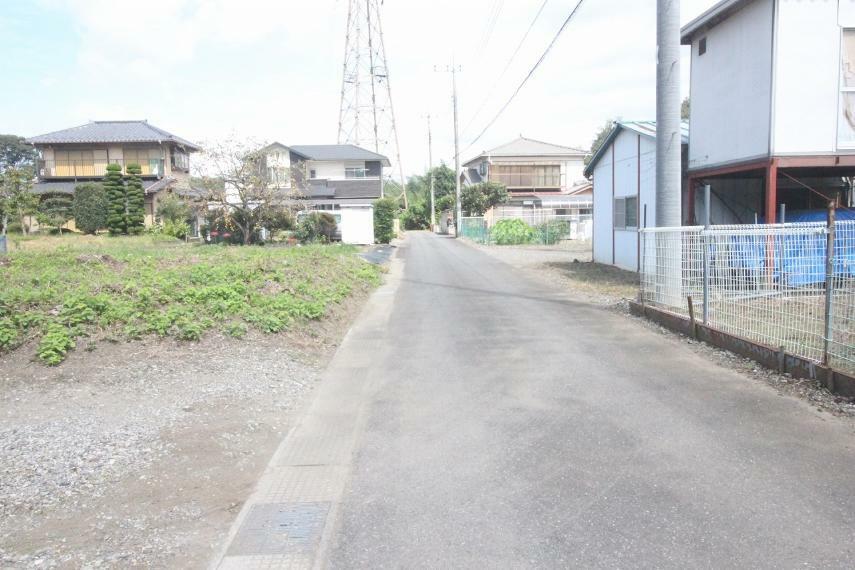 現況写真 敷地の東側にある道路を南から北に向かって撮影