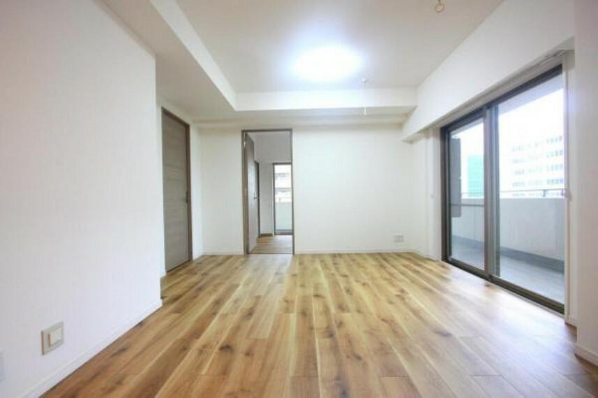 居間・リビング ■バルコニーに面した明るく開放的なリビングです