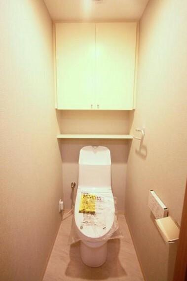 トイレ ■トイレ上部には棚がございます。ペーパー等の収納にも便利