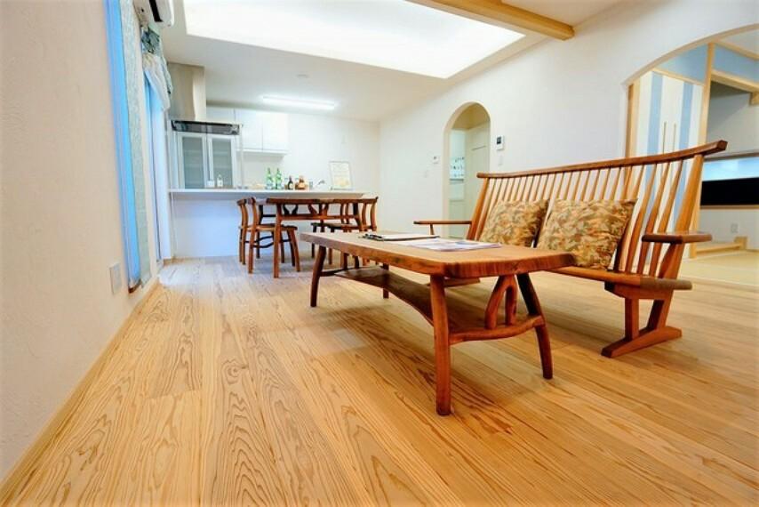 居間・リビング 日射熱や紫外線を大幅カットする複層ガラス採用のリビング。陽当たり良好で、夏は涼しく、冬は暖かいので、いつでもご家族がくつろげる空間になっております。