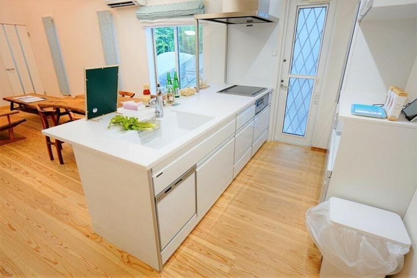 キッチン 対面式カウンターキッチンでお子様の様子が見守れます。カウンタートップは耐熱性に優れており、日ごろのお掃除もふき取るだけでOK。