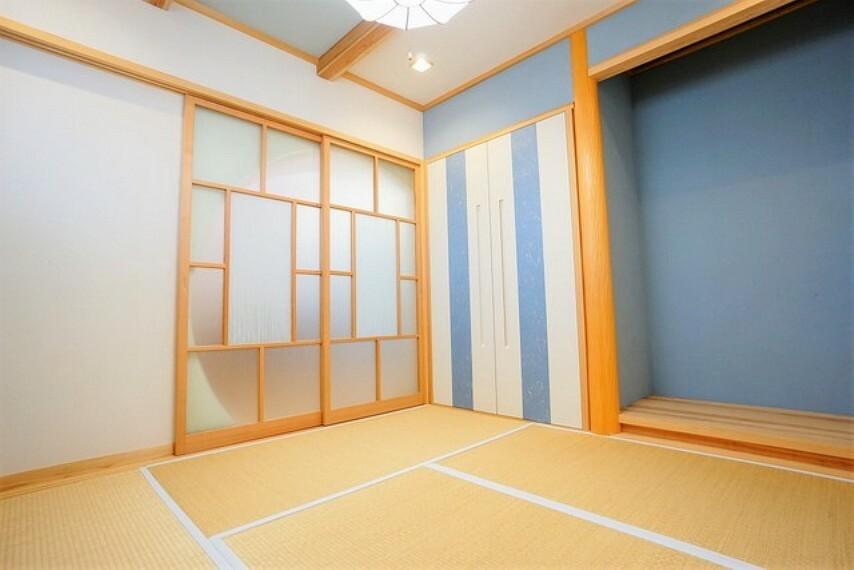 和室 デザインクロスがおしゃれな洋風和室は居心地の良い空間です^^普段はリビングとつなげて開放的なスペースとして。来客時には客間としてお使いいただけます。