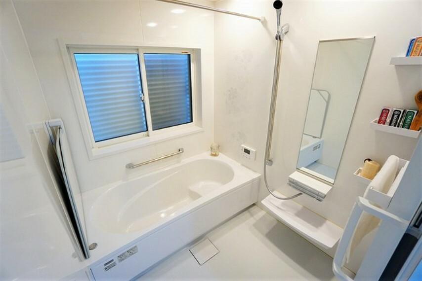浴室 1日の疲れを癒すくつろぎのバスルーム。足を伸ばしてもゆったりと入れるサイズです。お子様と一緒にお風呂に入っても狭くないですね^^